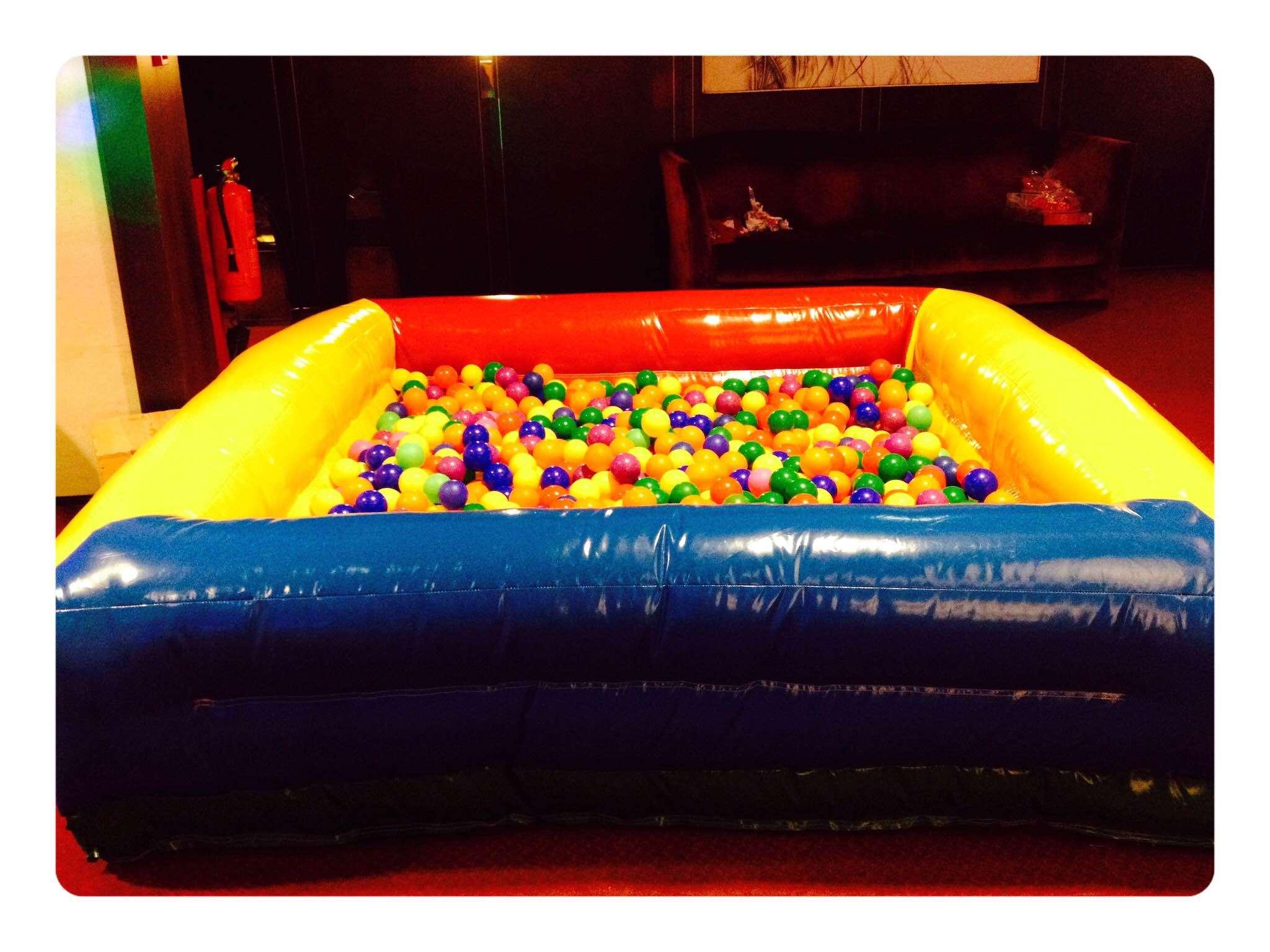 Insufl vel piscina de bolas lovejump aluguer piscina for Bolas para piscina